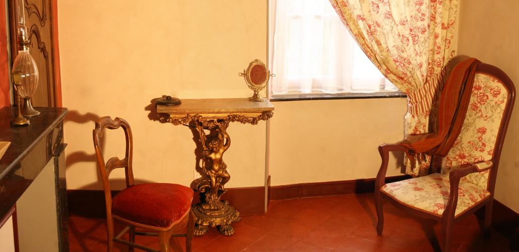 Chambre Artemisia Gentileschi - salon - console à l'ange - Renaissance italienne - cheminée marbre noir