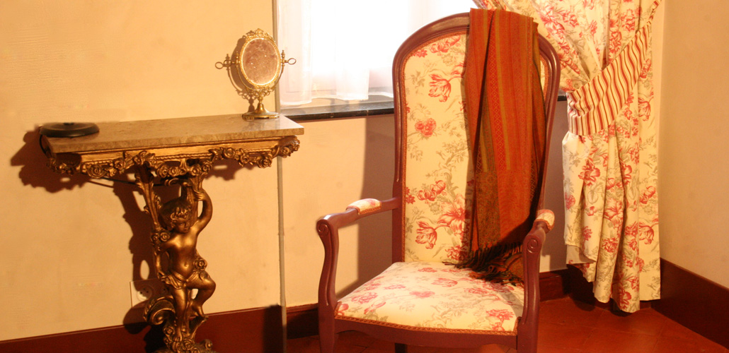 Chambre Artemisia Gentileschi - salon - console à l'ange - Renaissance italienne - miroir