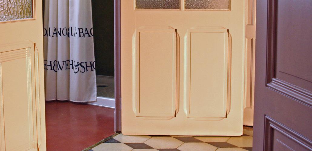 Chambre Artemisia Gentileschi - dalle de bain - porte et douche béton ciré