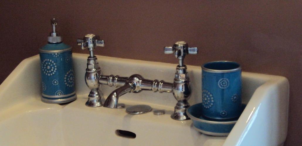 Chambre Artemisia Gentileschi - salle de bain - détail lavabo ancien - robinetterie