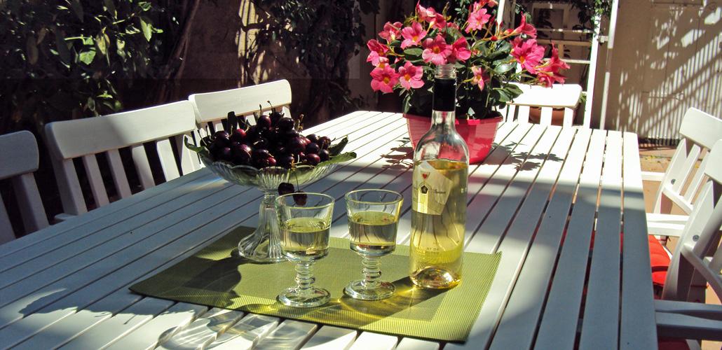 Table dressée pour la dégustation de vin du Minervois