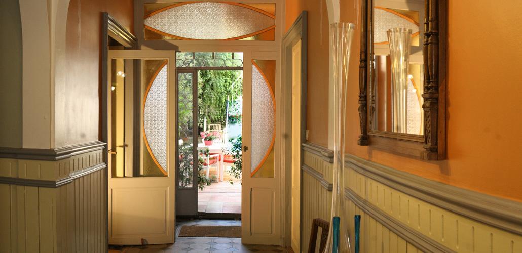 L'entrée avec ses portes et ses soliflores Art Nouveau