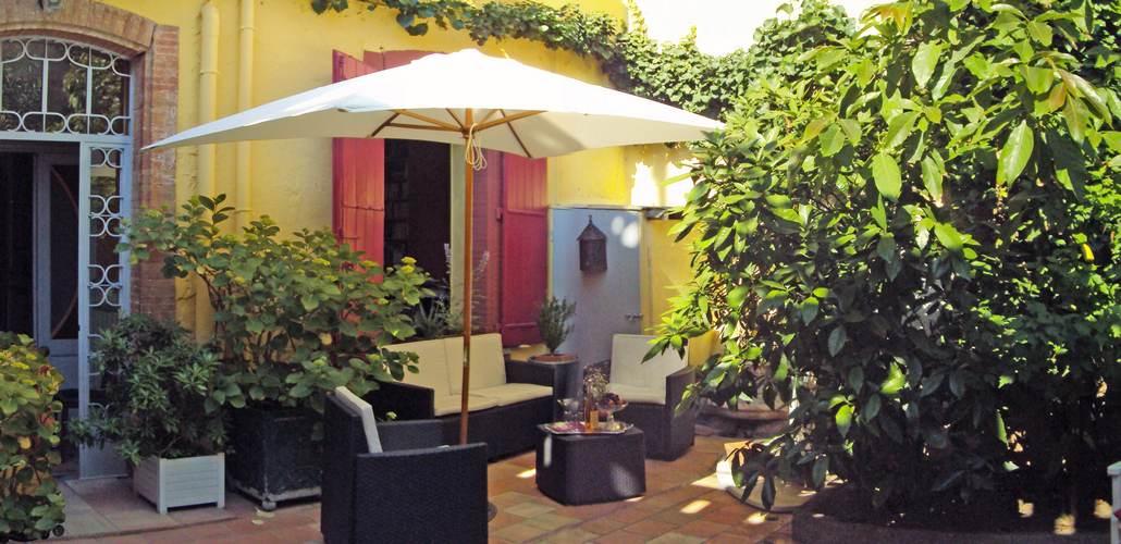 Salon de détente ombragé dans le patio