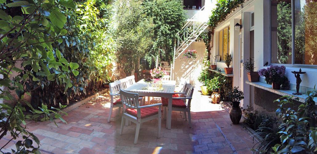 Salle à manger d'été dans le patio