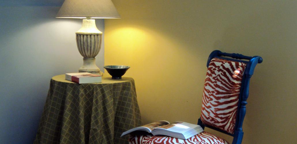 Livre d'art et lampe ancienne chinée