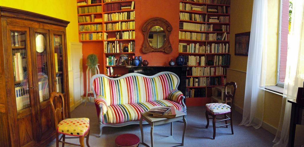 Tous les genres sont a l'honneur dans cette bibliothèque : littérature, policiers, histoire, essais, art, ...